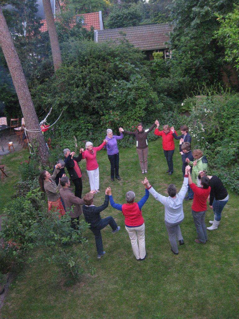 Afsluiting van het seizoen: dansen in de tuin van één van onze leden